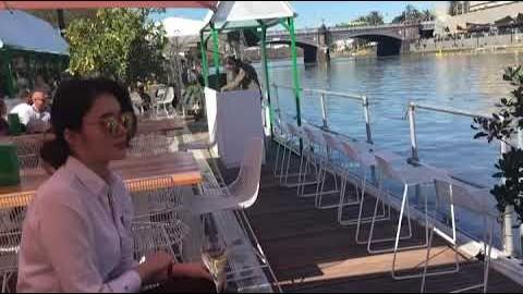 2018년 멜버른 야라강에서 DJ + 샴페인
