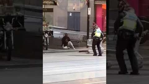 호주 멜버른 소동_ 사람 제압하는 영상/ The way to be taken a taser gun in Melbourne